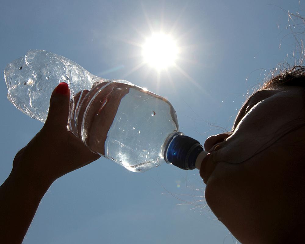 Instan a beber mucha agua y utilizar ropa cómoda ante extremo calor