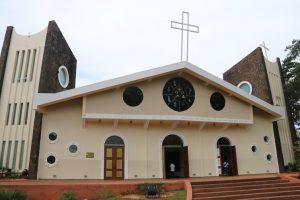 La Catedral de San Blás asemeja la forma de un barco, construida en 1964 con esculturas de piedra, es de estilo europeo.
