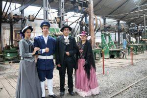Jóvenes de Sapucaí visten con prendas de la época para revivir la memoria histórica de la época.