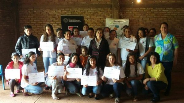 Las nuevas mujeres confeccionistas de Costa de Itakyry con sus respectivas certificaciones Foto gentileza Sinafocal