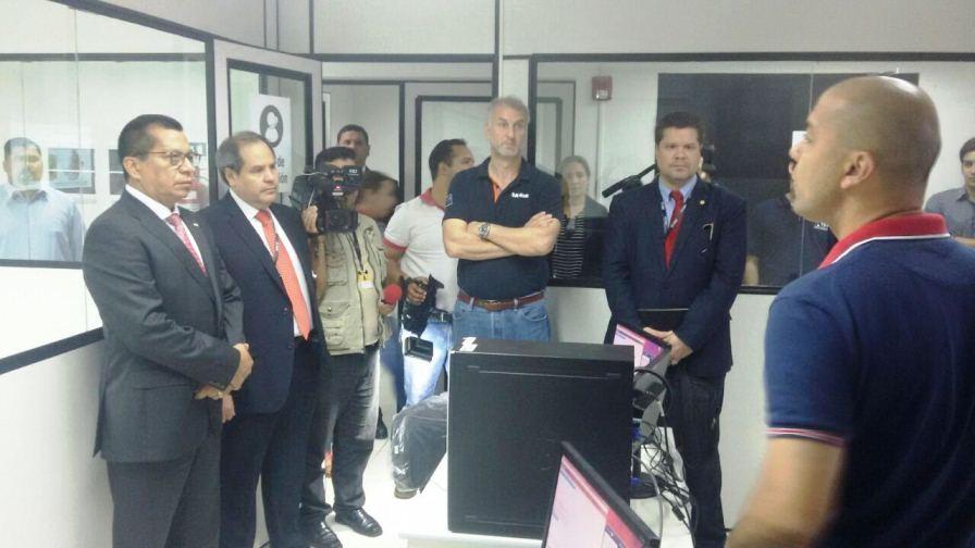 Anuncian instalaciones de m s c maras del 911 en for Foto del ministro del interior