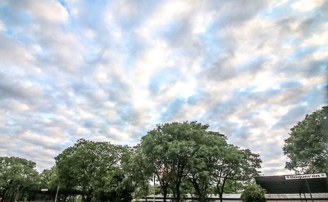 Tiempo cálido y lluvias dispersas para el viernes