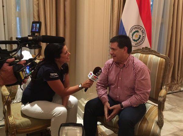 El presidente Cartes siendo entrevistado por Maynard Noelle, del equipo organizador del Rally Dakar.