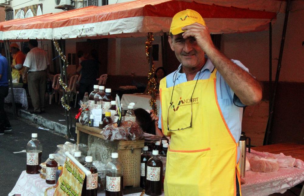 Venta de miel de abejas a precios accesibles en feria del Indert ...