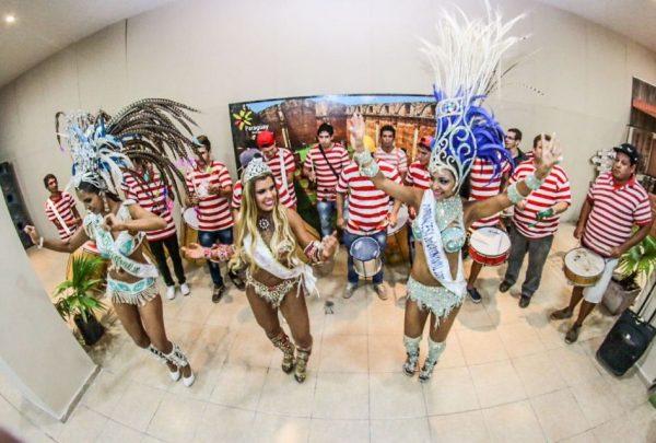 Milena Noguera la Reina del Carnaval Guaireño (centro) junto a las princesas carnavalescas / IP Paraguay