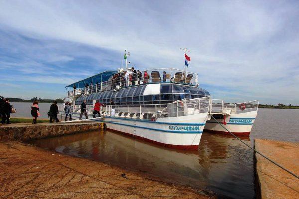 Catamarán de Itaipu aguarda a los visitantes para un recorrido por el lago Foto: Senatur