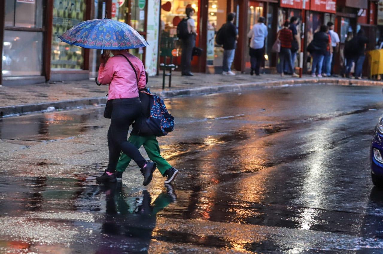 Lunes cálido con precipitaciones y ocasionales tormentas eléctricas