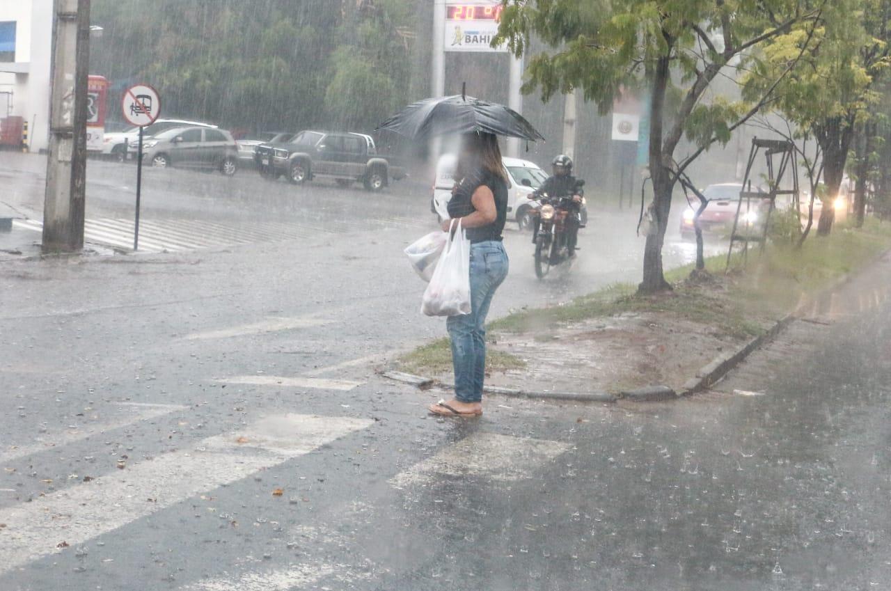 Anuncian día cálido con lluvias y tormentas para hoy