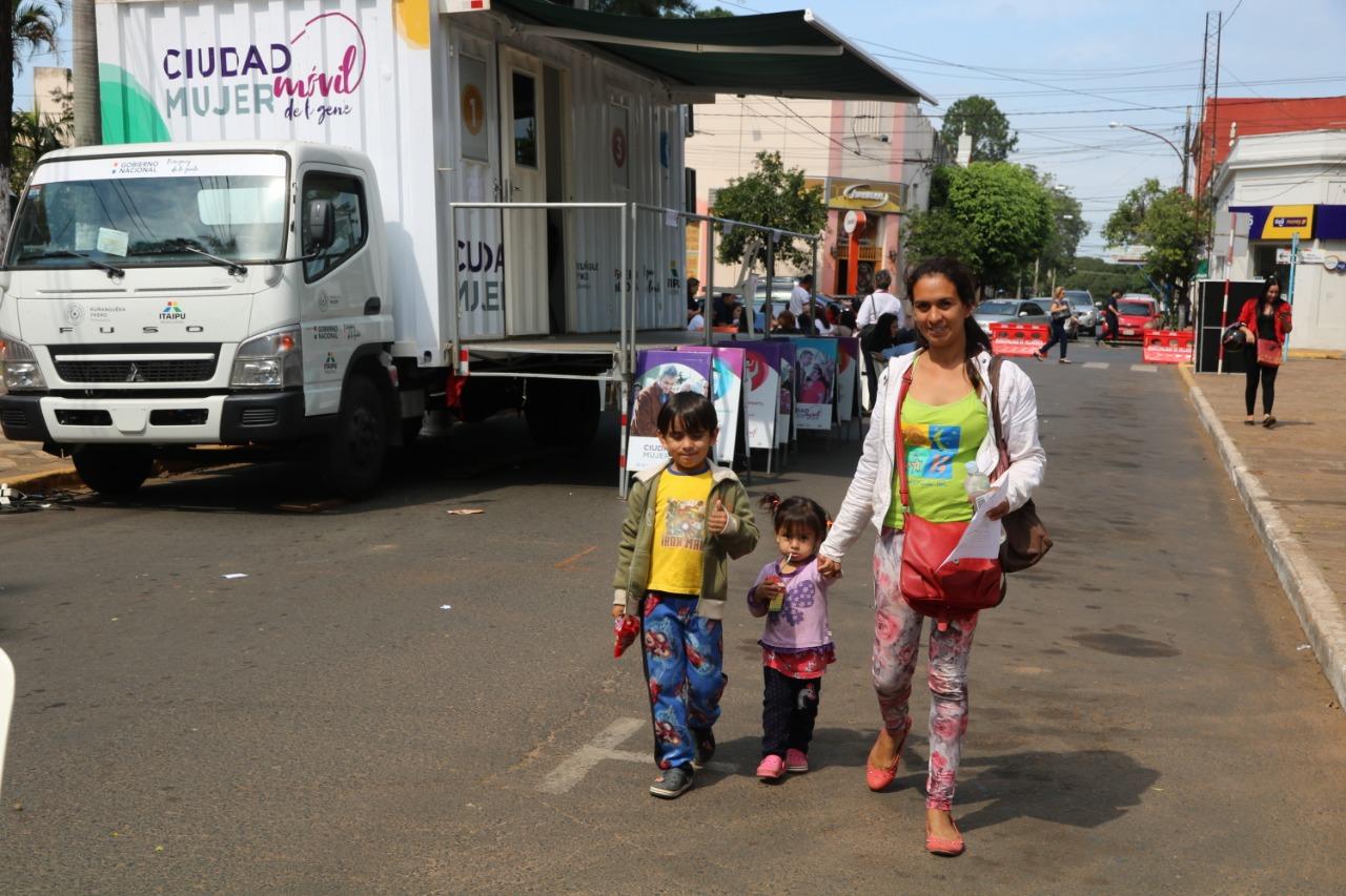Exitosa presencia de Ciudad Mujer Móvil en el departamento de Guairá